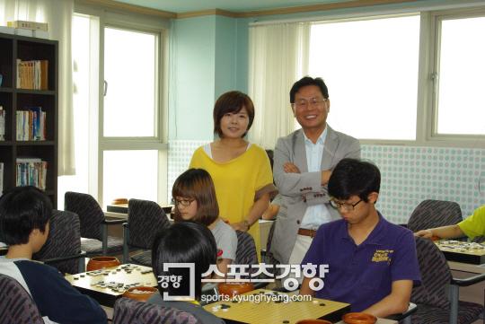 자신의 도장에서 딸 권효진 5단과 함께 밝은 얼굴로 포즈를 취한 권갑용 8단(오른쪽).