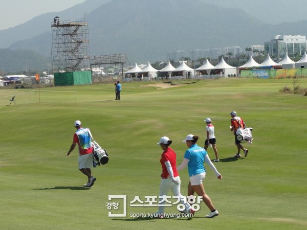 김세영과 아리야 쭈타누깐이 리우올림픽 여자골프 1라운드 1번홀 티샷 뒤 함께 걸어가는 사이, 티샷 거리를 내지 못한 스테이스 루이스는 홀로 걸어가고 있다.