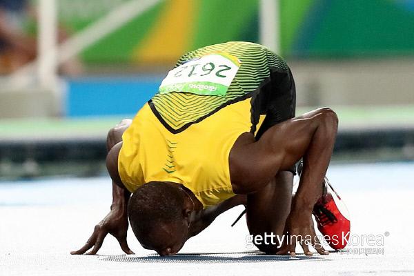 우사인 볼트가 18일 오후 (현지시간) 브라질 리우데자네이루 마라카낭 올림픽 주경기장에서 열린 2016리우데자네이루 올림픽 육상 남자 200m 결승 경기에서 19초 78의 기록으로 우승한 후 트랙에 키스를 하고 있다. 사진 게티이미지/이매진스