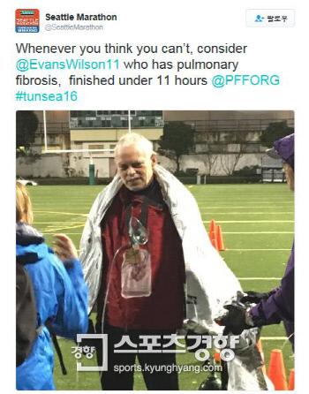 """시애틀 마라톤 대회 측은 """"'할 수 없다'는 생각이 들 때마다 폐섬유증 환자 에반스 윌슨이 11시간 이내에 완주한 것을 떠올려보라""""는 글과 함께 왼손으로 산소탱크를 붙잡고 서있는 윌슨의 사진을 트위터에 올렸다. 시애틀 마라톤 트위터 캡처"""