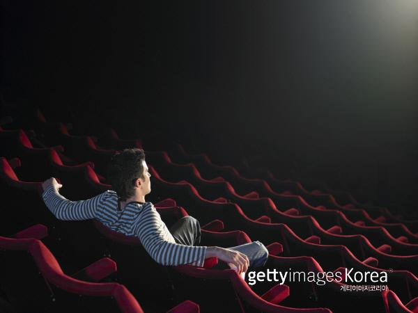 혼자 보는 영화는 꽤 편하지만, 영화가 끝나고 나오는 길은 조금 외롭다. 사진|게티이미지/이매진스