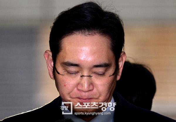 이재용 삼성전자 부회장이 13일 오전 조사를 받기위해 서울 강남구 대치동에 마련된 특검사무실로 출석하고 있다. 사진|김기남 기자 kknphoto@kyunghyang.com