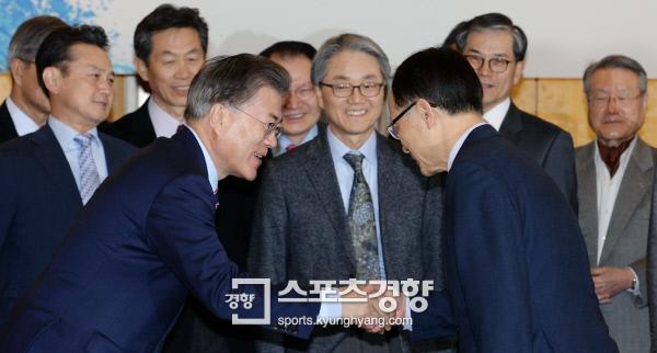 문재인 전 민주당 대표가 16일 오전 서울 프레스센터에서 열린 외교자문그룹 '국민 아그레망' 발족식 행사 참석자들과 인사를 나누고 있다.|서성일 기자 centing@kyunghyang.com
