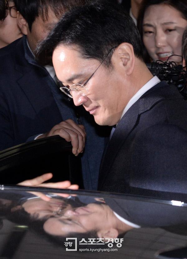 영장실질심사를 마친 삼성 이재용 부회장이 16일 저녁 서울 지방법원을 나오고 있다. 박민규 선임기자