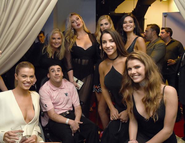 케이트 업튼 등 모델들이 16일(현지시간) 미국 뉴욕 시에서 열린 주간지 <스포츠 일러스트레이티드-2017 수영복 특집> 런칭 행사에서 포즈를 취하고 있다. 사진 게티이미지/이매진스