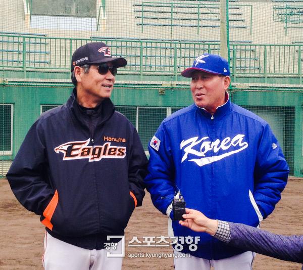 한화 김성근 감독(왼쪽)이 17일 일본 오키나와현 우루마 구시가와 구장에서 WBC 대표팀 김인식 감독과 이야기를 나누고 있다. 오키나와|최희진 기자