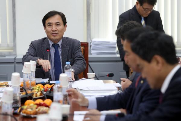 새누리당 김진태 의원이 지난달 19일 법사위 회의를 진행하고 있다. 연합뉴스