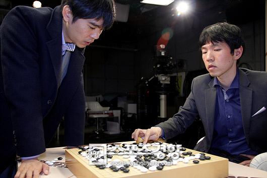 한국바둑의 두 영웅, 이창호 9단(오른쪽)과 이세돌 9단이 대국을 마친 후 승부 과정을 되돌아보고 있다.