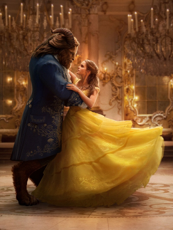 '미녀와 야수' 극 중 사진. 야수와 벨이 고난을 극복하고 무도회에서 춤을 추는 장면. 사진 올댓시네마.
