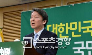 국민의당 대선주자 안철수 전 대표가 15일 여의도 국회 의원회관에서 정치개혁 공약을 발표하고 있다.   권호욱 선임기자