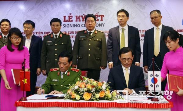 전병찬 에버다임 사장(오른쪽)과 베트남 공안부 소방국 단 비엣 만 준장이 소방장비 납품 계약을 체결하고 있다.