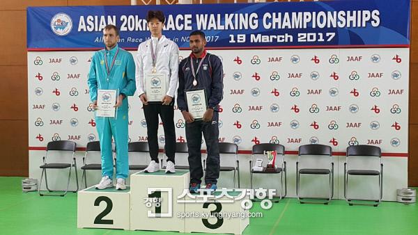 김현섭이 19일 일본 노미에서 열린 아시아20km 경보선수권대회에서 우승을 차지한 뒤 시상식을 치르고 있다. 대한육상연맹 제공