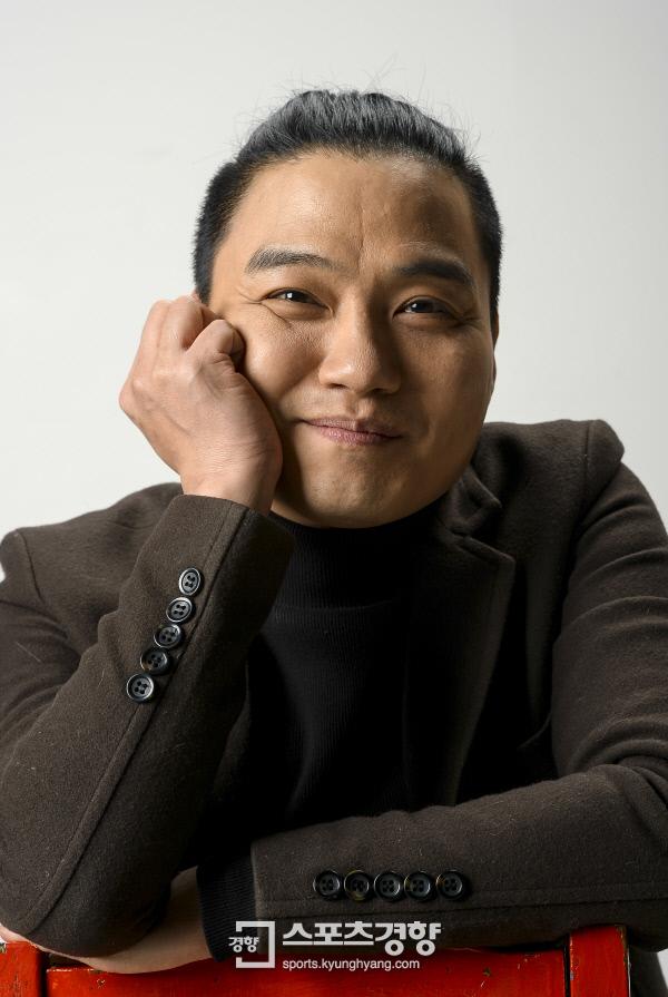 힙합 프로듀서 다이너마이트와 함께 듀오 '우리오빠'를 결성해 지난 8일 신곡 '오빠랑'을 낸 개그맨 조지훈. 사진 이석우기자 foto0307@kyunghyang.com