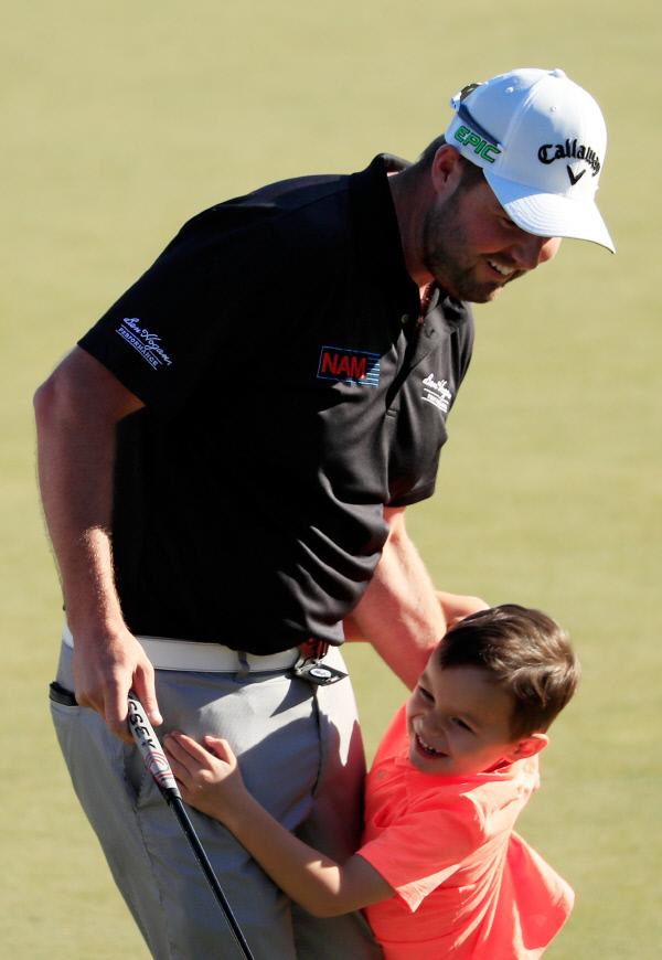 마크 레시먼(호주)이 우승을 확정한 뒤 아들과 기뻐하고 있다. Gettyimages/이매진스