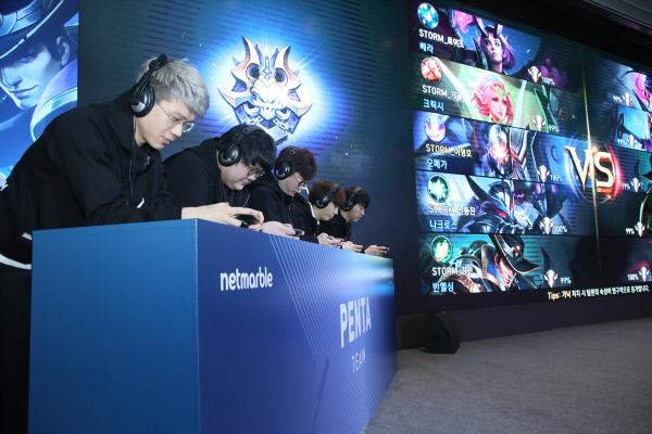 넷마블 신작 모바일 게임 <펜타스톰 for Kakao> 쇼케이스에서 e스포츠 스타들이 이벤트 매치를 선보이고 있다.
