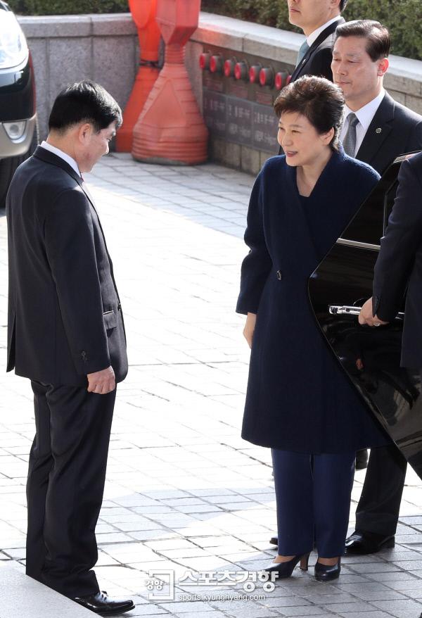 박근혜 전 대통령이 21일 피의자 신분으로 서울중앙지방검찰청에 소환조사를 받기 이해 도착하고 있다. 사진공동취재단