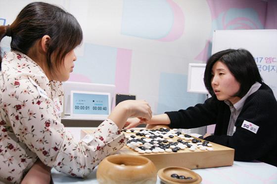 박지은 9단(오른쪽)이 김혜민 8단과의 대국을 마친 뒤 승부 과정을 되짚어보고 있다.