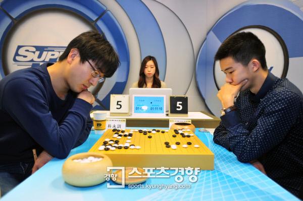 박영훈 9단(왼쪽)이 중국의 구즈하오 5단을 상대로 일전을 치르고 있다.