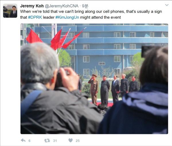 김정은 노동당 위원장이 13일 평양 여명거리에서 외신에 모습을 드러냈다. 싱가포르 채널뉴스아시아의 베이징 특파원인 제러미 고 기자는 이날 자신의 트위터에 여명거리 준공식에 나타난 김정은의 모습을 찍은 사진을 올렸다. 사진 왼쪽부터 황병서 군 총정치국장, 김정은 위원장, 박봉주 내각 총리, 김기남·오수용 노동당 중앙위원회 부위원장이다. (연합뉴스)