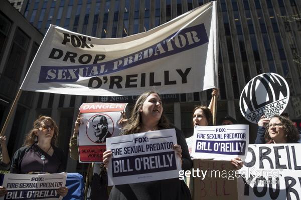 4월 18일, 폭스 뉴스 본사 앞에서 빌 오라일리 해고를 촉구하는 시위 중인 시민들. /게티이미지/이매진스