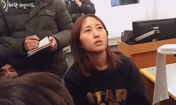 덴마크 올보르에서 체포된 정유라씨가 현지 지방법원에서 한국 취재진과 인터뷰하고 있다.
