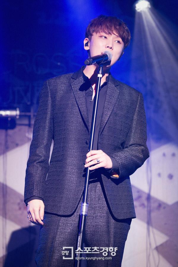 20일 오후 6시 첫 솔로앨범 '어크로스 더 유니버스'를 내는 가수 정기고가 이날 오후 서울 한남동 언더스테이지에서 음감회 행사를 갖고 열창하고 있다. 사진 스타쉽엔터테인먼트