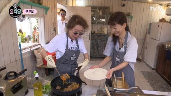 <윤식당>에서 윤여정이 요리하는 모습. tvN 화면 갈무리