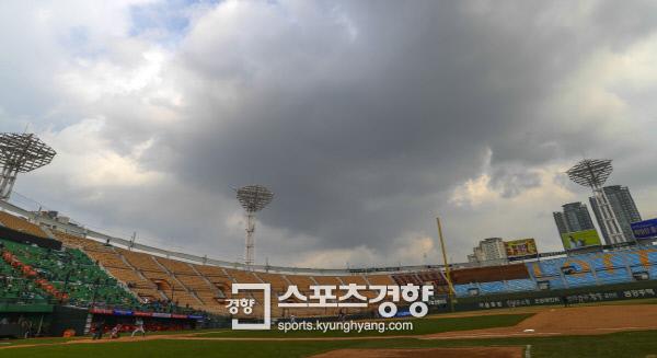 2017 프로야구 시범경기가 시작된 3월 14일 부산 사직구장 하늘에 먹구름이 잔뜩 끼었다.  이석우 기자 foto0307@kyunghyang.com