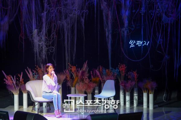 가수 아이유가 21일 서울 마포구 서교동 신한카드 판스퀘어에서 열린 정규 4집 '팔레트(Palette)' 발매 기념 음감회에서 감미로운 노래를 선보이고 있다. 사진 이석우기자 foto0307@kyunghyang.com