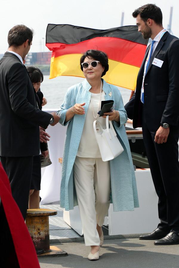 문재인 대통령 부인 김정숙 여사가 7일 오전(현지시간) 주요20개국(G20) 정상회의가 열리는 독일 함부르크에서 영부인들과의 선상투어를 마친 뒤 하선하고 있다. 청와대 사진기자단