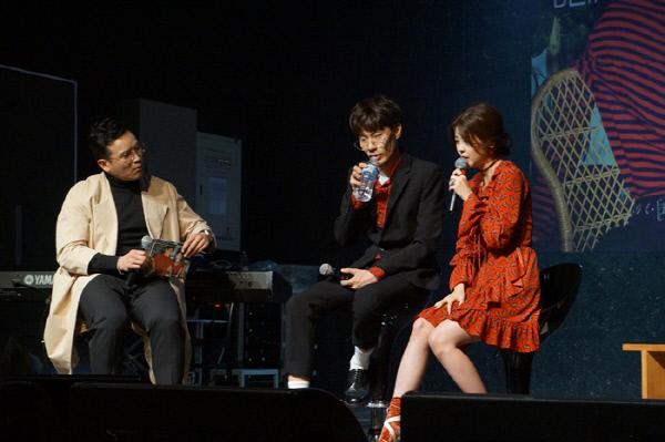 MC딩동, 민수, 혜이니(왼쪽부터)가 신곡 발매 쇼케이스에서 인터뷰 중에 있다. 사진 우앤컴