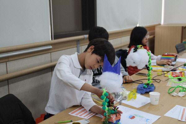 아트인영재교육원 학생들이 미술영재교육프로그램에 참여, 수업을 하고 있다. 아트인영재교육원 제공