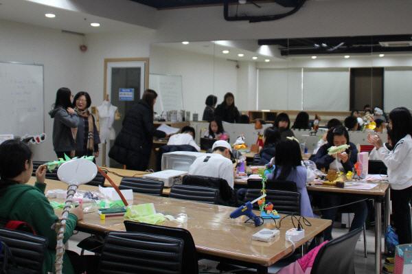 아트인영재교육원 학생들이 미술영재교육프로그램에 참여, 수업을 하고 있는 가운데 학무모들이 참관하고 있다. 아트인영재교육원
