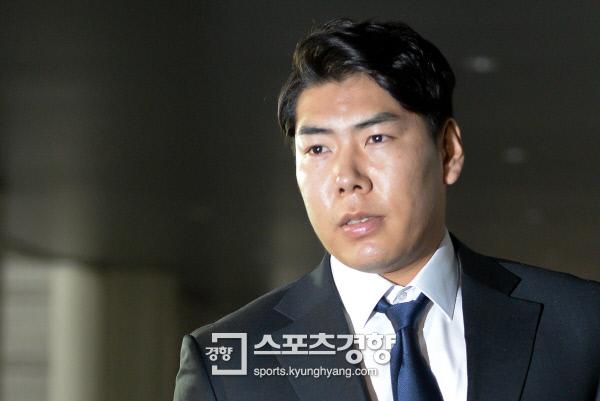 메이저리거 강정호가 음주운전 사건에 대한 재판을 받기위해 서울 중앙지방법원 법정으로 향하고 있다. 이석우 기자