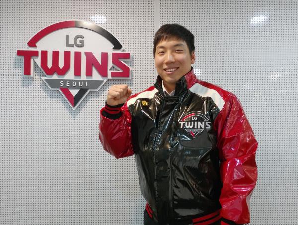 LG 트윈스 유광점퍼를 입은 김현수. LG 트윈스 제공