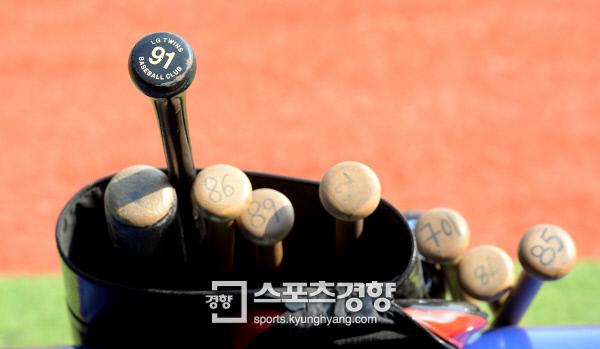 2014년 프로야구 LG 트윈스 코칭스태프들의 배트. 이석우 기자