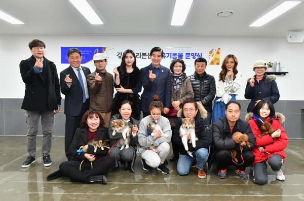 네슬레 퓨리나와 강동 리본센터 직원들이 유기동물 입양식을 진행했다. 네슬레 퓨리나 제공