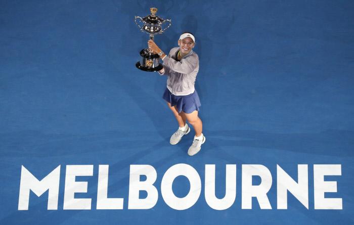캐롤라인 보즈니아키가 27일 호주 멜버른에서 열린 호주오픈 여자 단식 결승에서 시모나 할렙을 꺾은 뒤 우승 트로피를 들고 기뻐하고 있다. 멜버른 | AP연합뉴스