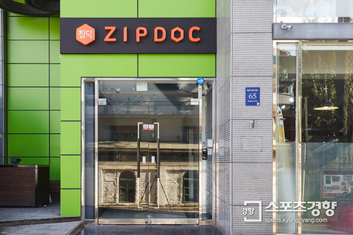 서울시 강남구 봉은사로에 위치한 집닥 본사. 집닥은 집닥 파트너스 업체의 다양한 시공사례와 공사 관련 정보도 제공하고 있다.