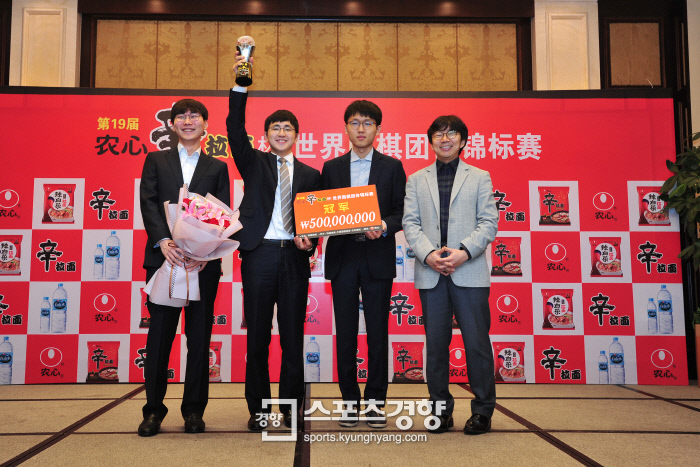 지난 1일 막을 내린 제19기 농심신라면배 세계바둑최강전에서 우승을 차지한 한국대표팀 박정환·김지석 9단, 신진서 8단, 목진석 감독(왼쪽부터)이 시상식 후 환한 얼굴로 기념사진을 찍고 있다. 이날 대국에서 김지석 9단은 중국의 마지막 주자 커제 9단을 꺾고 5년 만에 한국의 우승을 확정지었다.