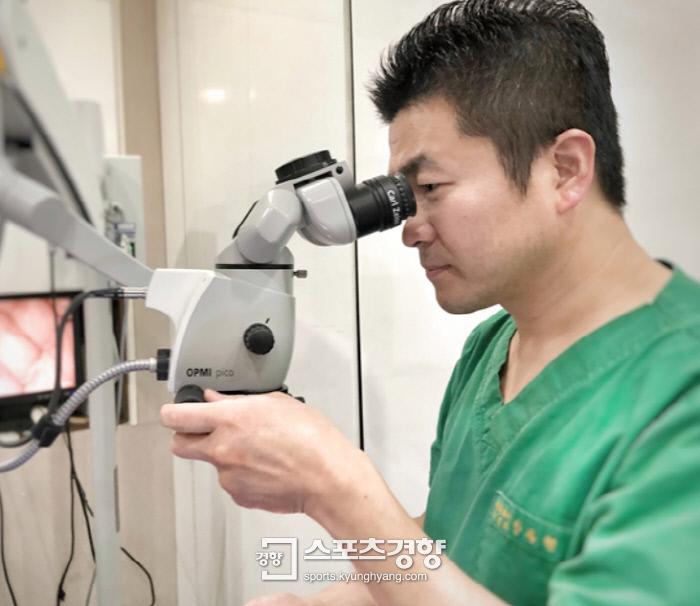 안동현 원장이 현미경을 보고 있다. 사진 대영성형외과제공