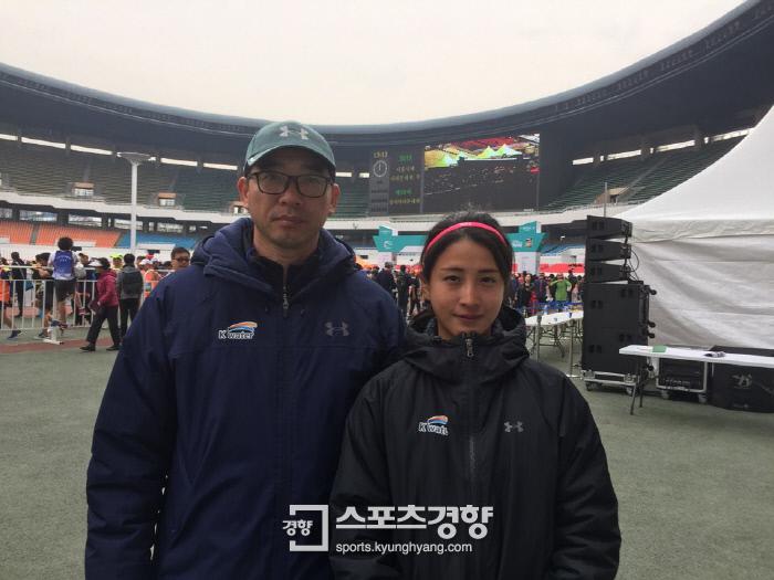 18일 동아마라톤에서 한국신기록을 달성한 김도연과 소속팀 김영근 감독. K-water 제공