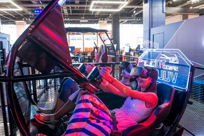] 송도 테마파크에서 VR을 즐기고 있는 이용객들