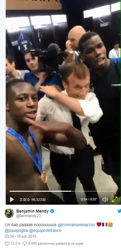 프랑스 대통령 에마뉴엘 마크롱(가운데)이 벤자민 멘디(왼쪽), 폴 포그바와 함께 댑 댄스를 추는 모습. 벤자민 멘디 사회관계망서비스 캡처