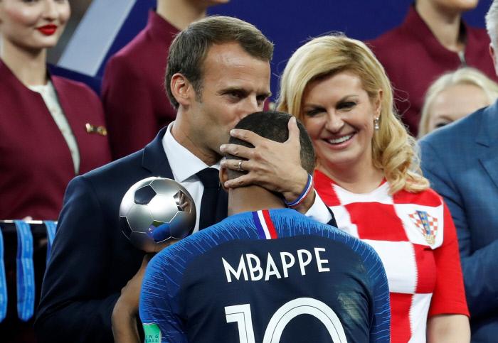 프랑스 대통령 에마뉴엘 마크롱(왼쪽)이 시상식에서 킬리안 음바페에게 영플레이어상을 수여하며 키스하고 있다. 로이터연합