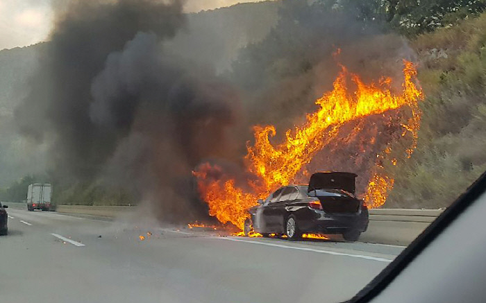 20 일 오후 경북 문경시 불정동 중부 내륙 고속도로 에서 달리던 BMW 에서 불 이 나고 있다. 문경 소방서 제공