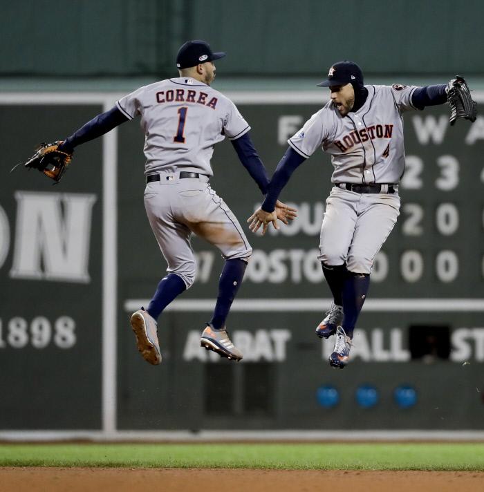 휴스턴의 중견수 스프링어(오른쪽)와 유격수 코라가 14일(한국시간) 열린 아메리칸리그 챔피언십 시리즈 1차전에서 승리 후 벌쩍 뛰며 기뻐하고 있다. AP연합