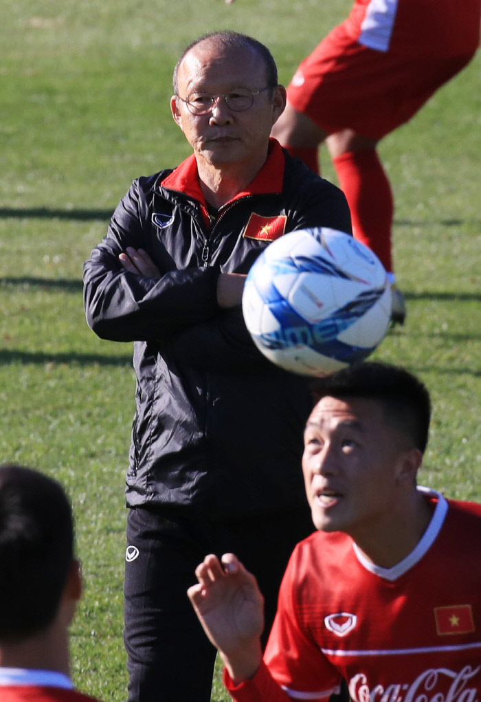 박항서 베트남 대표팀 감독이 지난달 18일 파주 NFC에서 베트남 선수들의 훈련을 지켜보고 있다.  연합뉴스