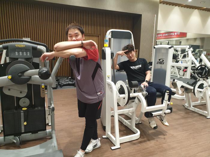 SK 김태훈(왼쪽)과 박종훈이 인천 SK행복드림구장에서 스포츠경향과 인터뷰한 뒤 포즈를 취하고 있다. SK와이번스 제공