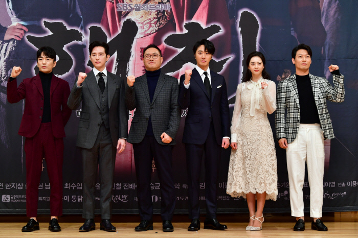 SBS 월화극 '해치' 출연진과 이용석 PD.